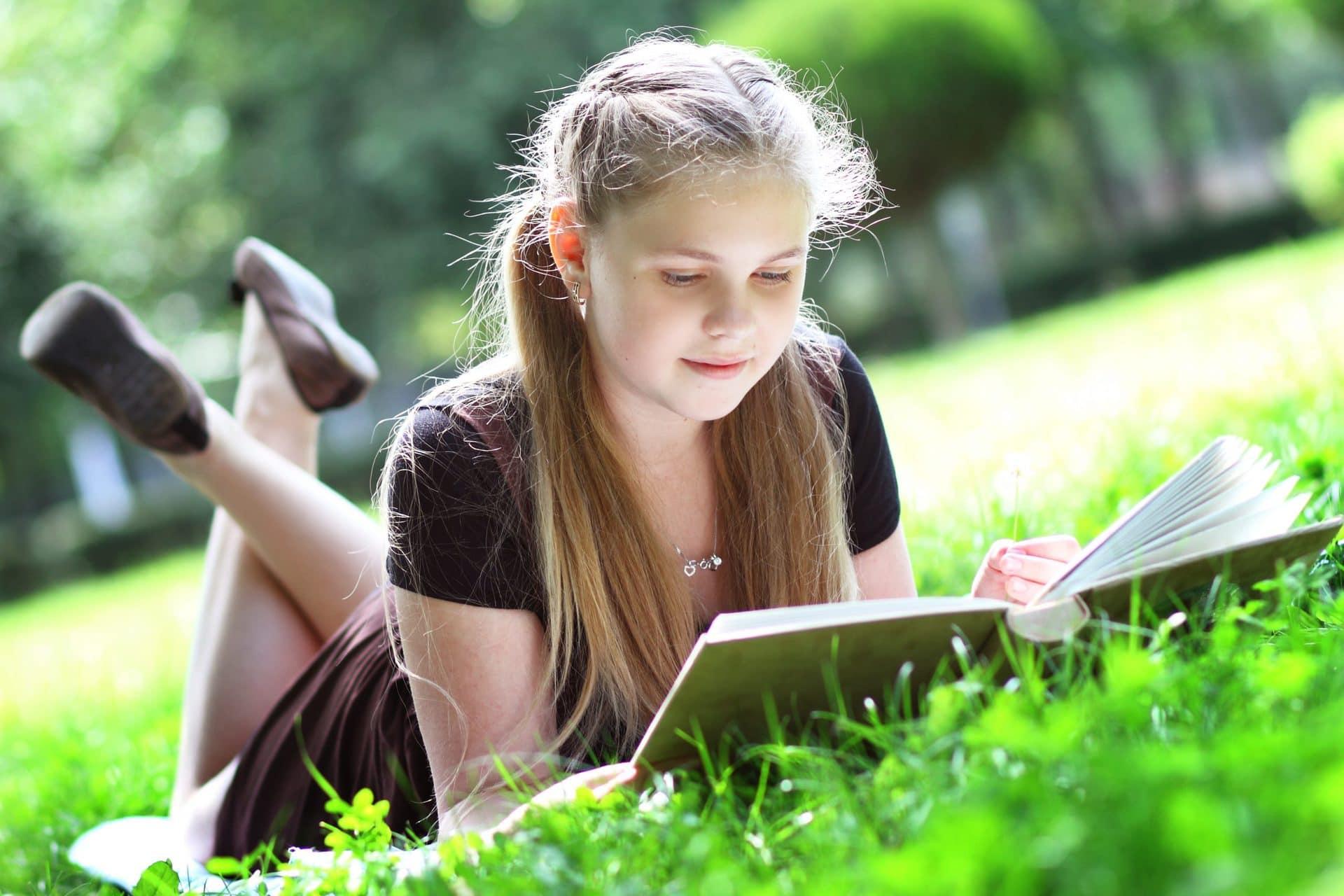 девочка на природе пишет в блокноте