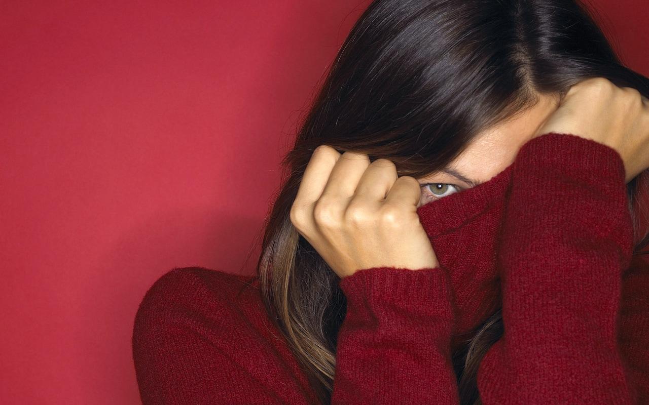 стеснение, девушка в красном прячет лицо
