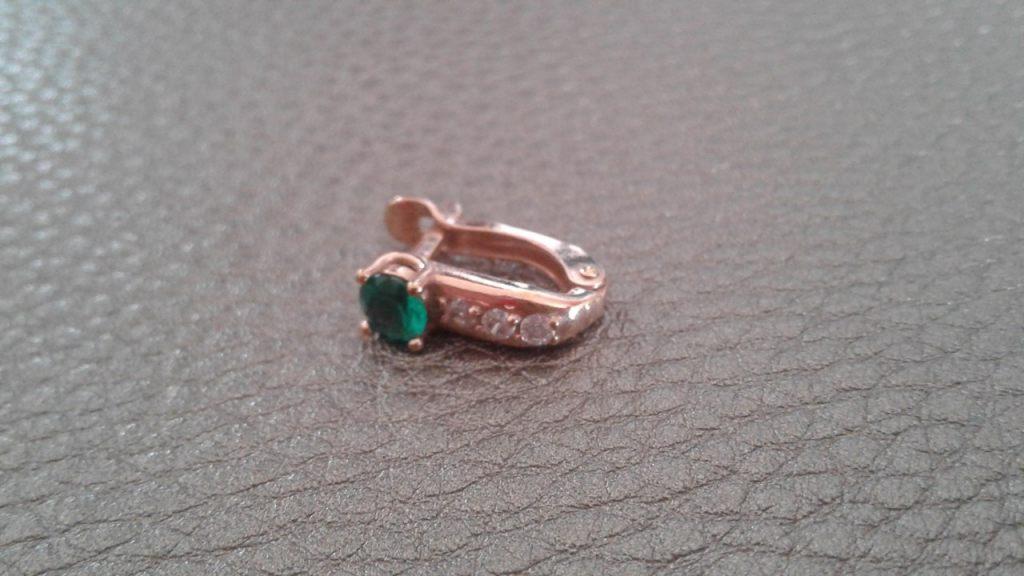 сережка с зеленым камнем