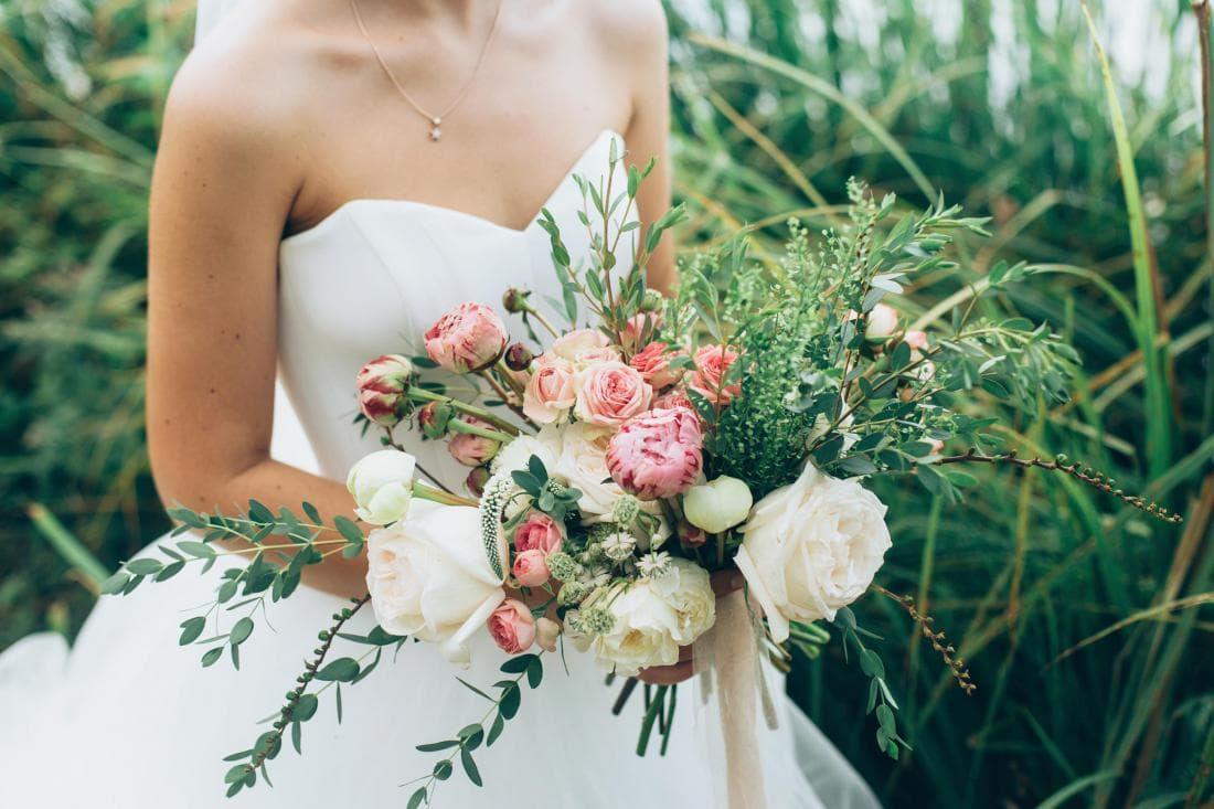 Невеста с букетом на фоне природы
